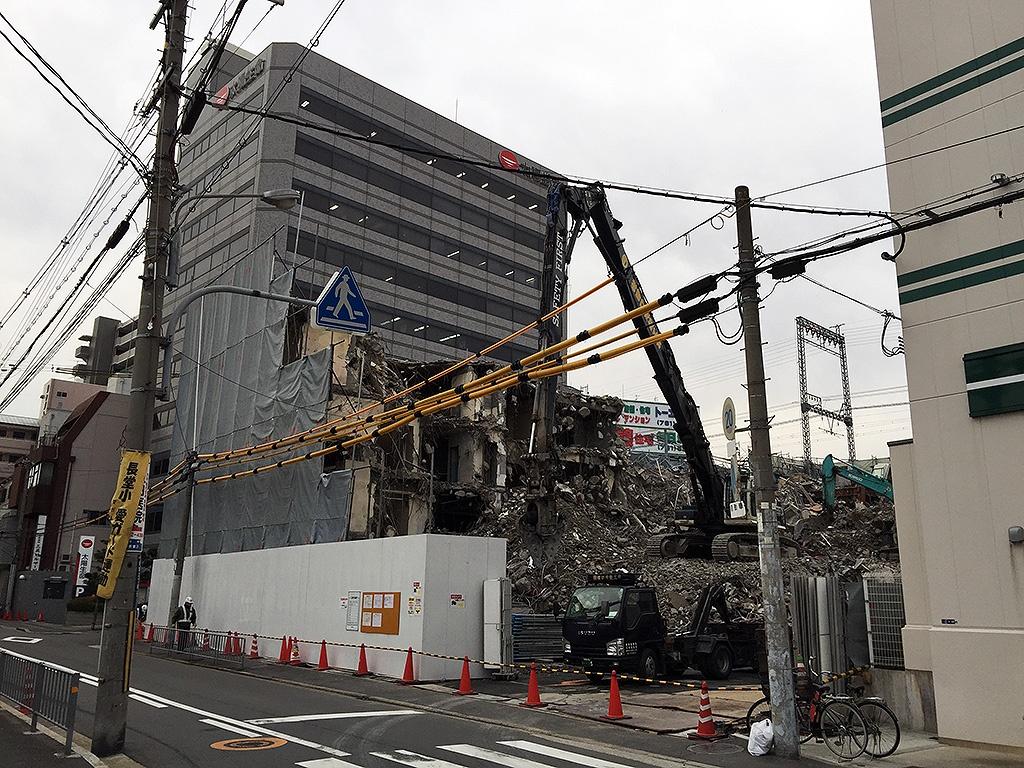 解体中の山三ビルの写真
