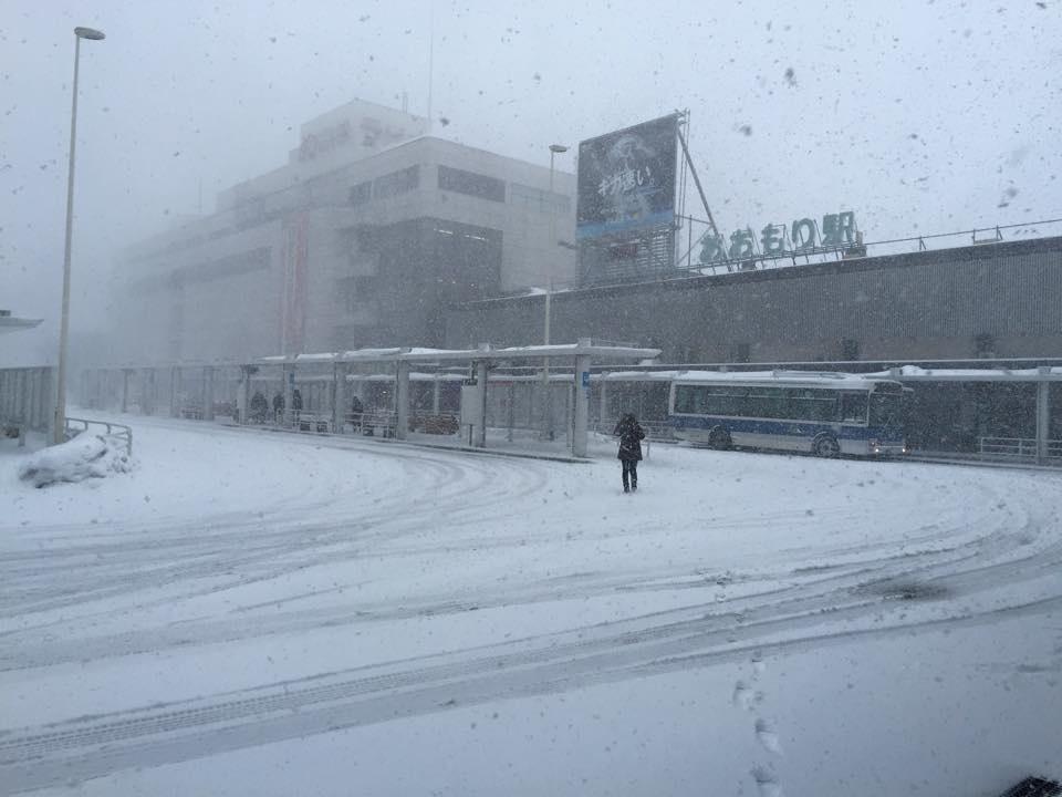 2015年2月13日、青森駅前の雪の写真