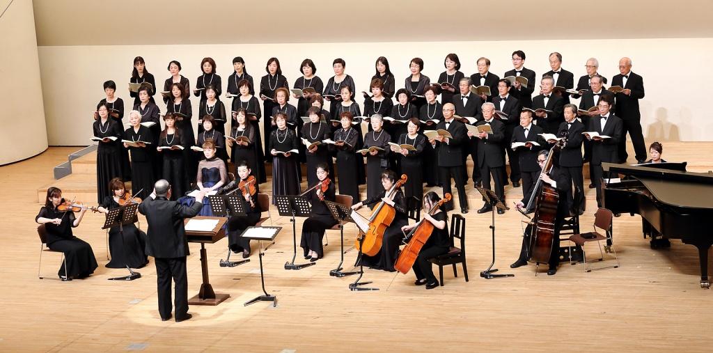 第3ステージの舞台全景。指揮者・ピアニスト・合唱団・アンサンブルで総勢約55名